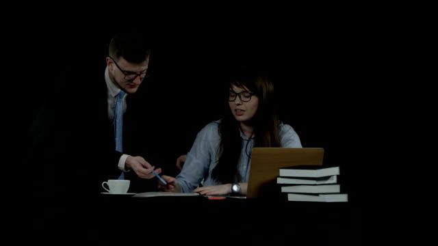 zwei kollegen diskutieren emotional ein neues projekt - unterordnung stock-videos und b-roll-filmmaterial