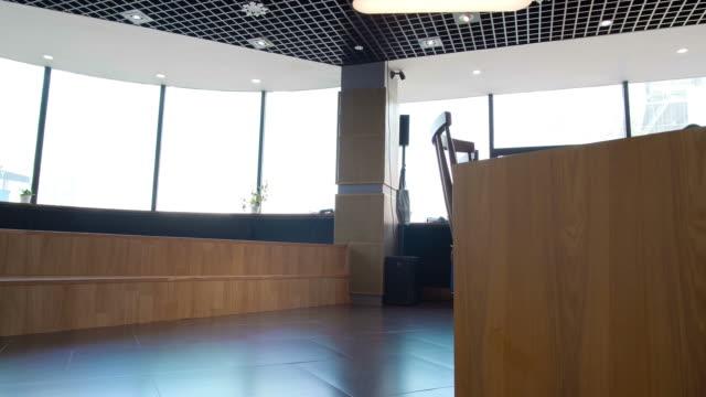 vídeos de stock e filmes b-roll de two colleagues going around office - envolvimento dos funcionários