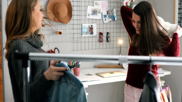 Deux filles de collège essayer vêtements - Vidéo