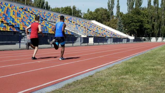 zwei konkurrenten mittelstrecken rennen um titel champion bestimmen - sportchampion stock-videos und b-roll-filmmaterial
