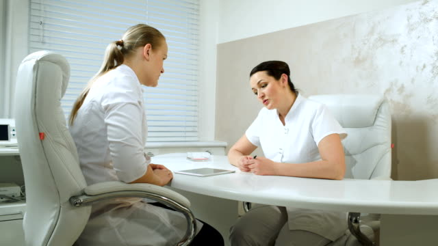 Zwei cosmeticians sprechen im Büro Zimmer – Video