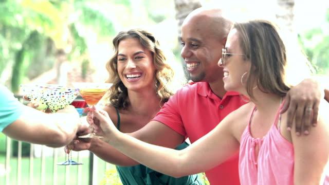 två par talar, dricka vid poolen - martini bildbanksvideor och videomaterial från bakom kulisserna