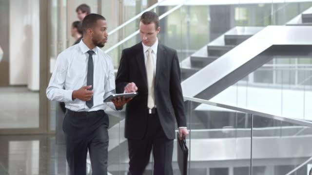 ds 兩個工友討論檔和走廊走 - 商業金融與工業 個影片檔及 b 捲影像