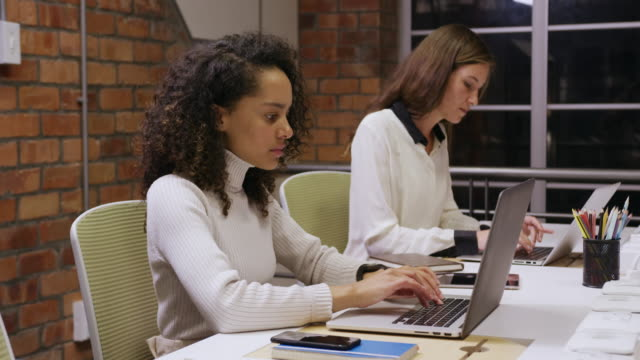 vídeos de stock e filmes b-roll de two creative bussinesswoman working in modern office - trabalho de design