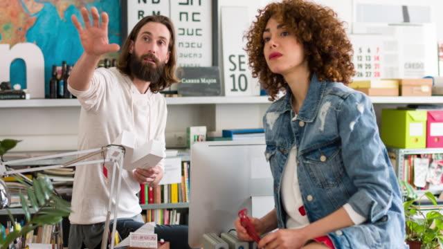 Zwei kreative Menschen Brainstorming über die Buchstaben des neuen Werbung – Video