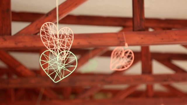 Joli deux faits à la main coeur suspendu au plafond. Décorations de mariage - Vidéo