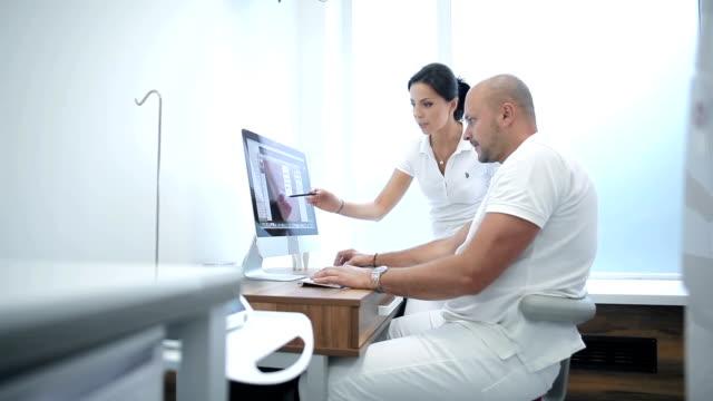 Dois dentistas ter um profissional de discussão - vídeo