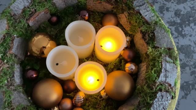 vídeos y material grabado en eventos de stock de dos velas eléctricas digitales en corona de adviento - advent