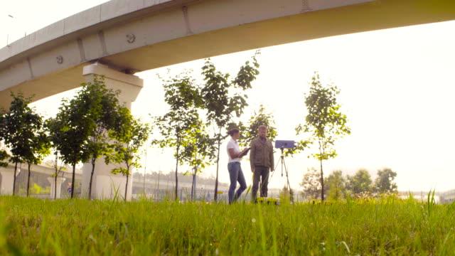 vídeos de stock, filmes e b-roll de dois ecologista recebendo amostras do ar perto da estrada - amostra científica