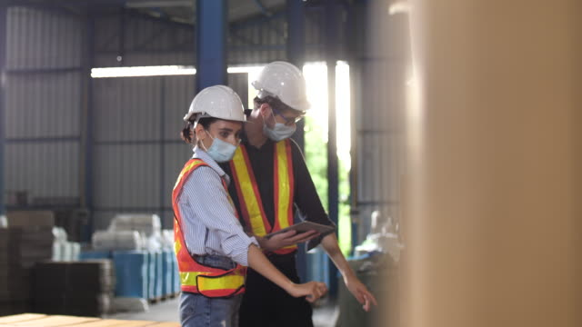 vidéos et rushes de deux ingénieurs travaillant dans le site productif - inspecteur