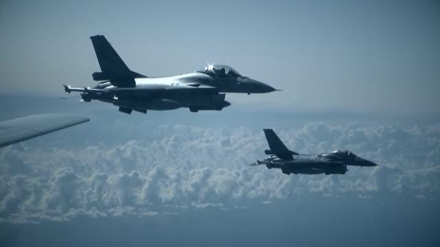 vídeos y material grabado en eventos de stock de dos cazas f-16 en el aire en el ala - air force