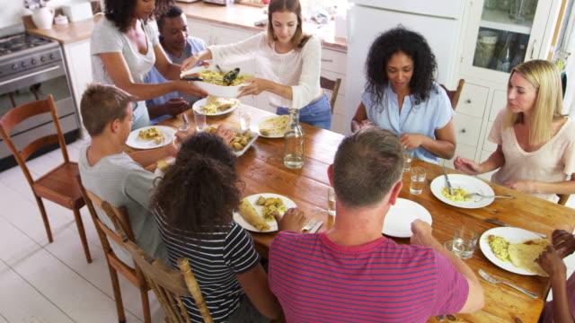 Zwei Familien mit Kindern im Teenageralter Mahlzeit In der Küche – Video