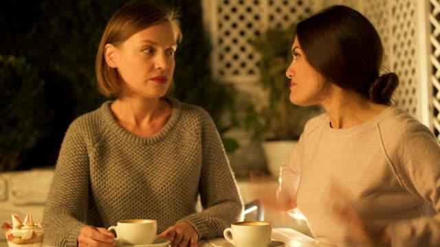 zwei freundinnen streiten und schreien, im café sitzen, missverständnis - klatsch stock-videos und b-roll-filmmaterial