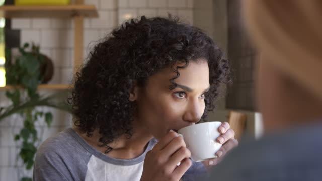 Réunion de deux amies à café tourné au ralenti - Vidéo
