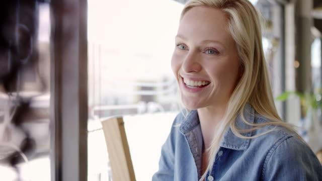 vídeos de stock, filmes e b-roll de encontro duas amigas no café filmado em câmera lenta - amizade feminina