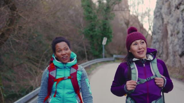 två kvinnliga vänner går längs bergsvägen - mellan 30 och 40 bildbanksvideor och videomaterial från bakom kulisserna