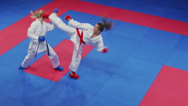 tatami üzerinde bir kavga iki kadın karate - karate stok videoları ve detay görüntü çekimi