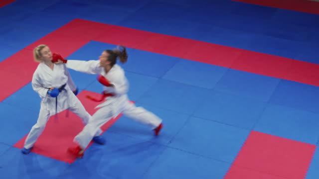 bir dövüş yarışmasında iki kadın karate - karate stok videoları ve detay görüntü çekimi