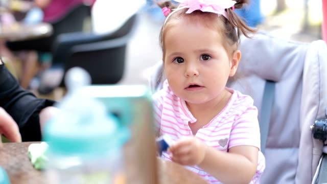 女性 2 人と電話で話している女の赤ちゃん。電話会議 ビデオ