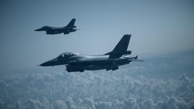 vídeos y material grabado en eventos de stock de dos luchadores posan en el marco - air force
