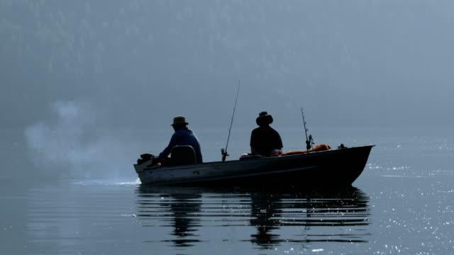 4 k 川へ釣りに 2 つの漁師 - 漁師 外人点の映像素材/bロール