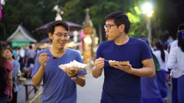 タイのストリート マーケットで自分の時間を楽しんでいる 2 人の友人 ビデオ