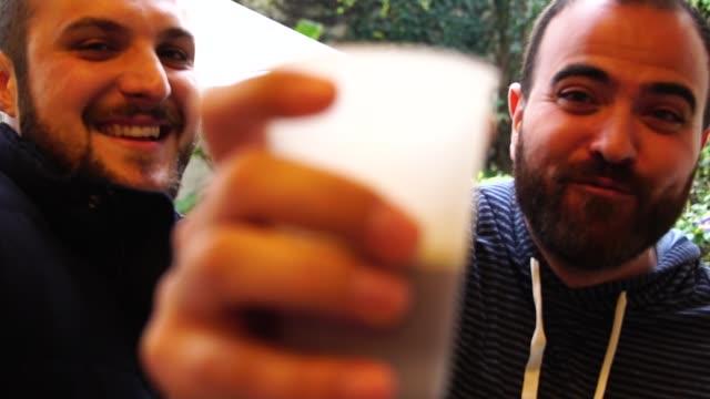 Deux amis s'amuser au BBQ Party - Vidéo