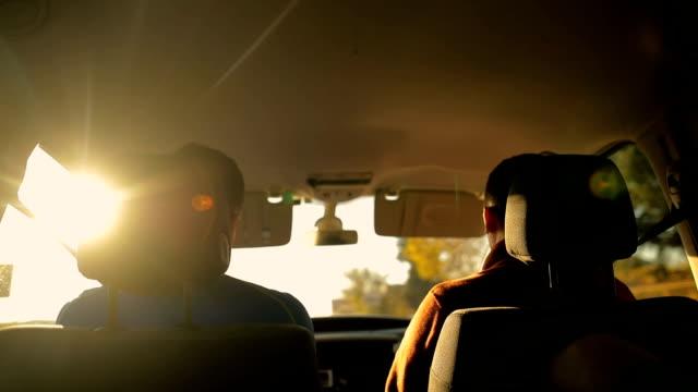 vidéos et rushes de deux amis dans la voiture - pare brise