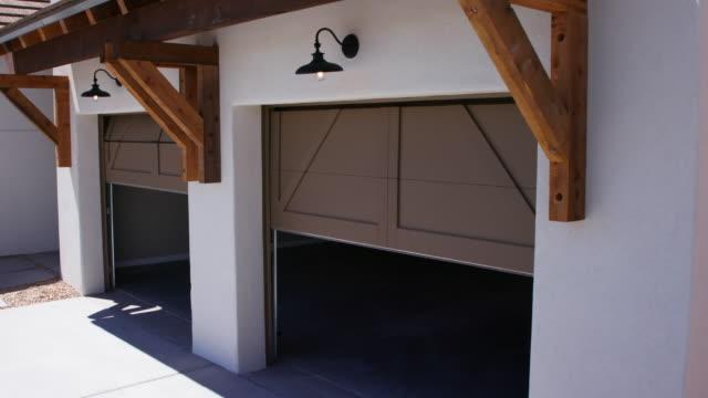 zwei garagentore schließen senkt ausblick eckenwinkel garage - garage stock-videos und b-roll-filmmaterial