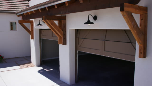 zwei garagentore schließen senkung der blick von der ecke der garage - garage stock-videos und b-roll-filmmaterial