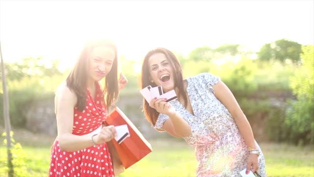 vídeos de stock, filmes e b-roll de duas namoradas com sacos de compras - 16 17 anos