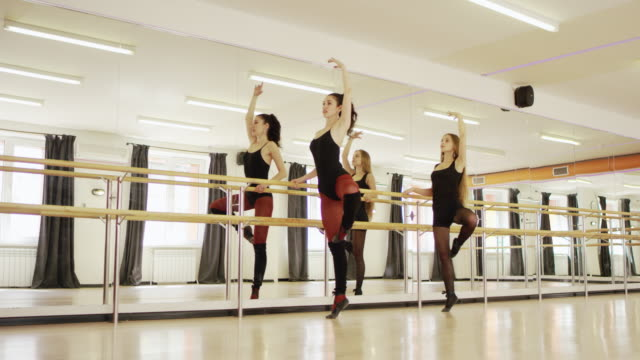 två flickor dansar - balettstång bildbanksvideor och videomaterial från bakom kulisserna