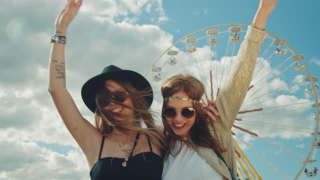 vídeos y material grabado en eventos de stock de dos chicas en festival - noria