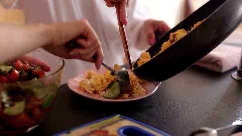 vídeos y material grabado en eventos de stock de dos chicas preparan el desayuno en casa en la cocina - desayuno