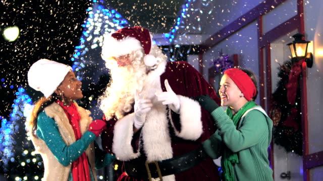 クリスマスに欲しいものをサンタに言って二人の女の子 - サンタの帽子点の映像素材/bロール