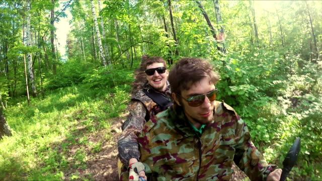 två killar på quad cykla genom skogen - karpaterna tåg bildbanksvideor och videomaterial från bakom kulisserna