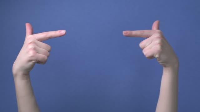 zwei zeiger zeigen die richtung nach links und rechts, aneinander. - menschliches gelenk stock-videos und b-roll-filmmaterial