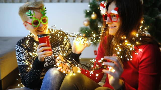 två glada tjejer nära julgran - christmas gift family bildbanksvideor och videomaterial från bakom kulisserna