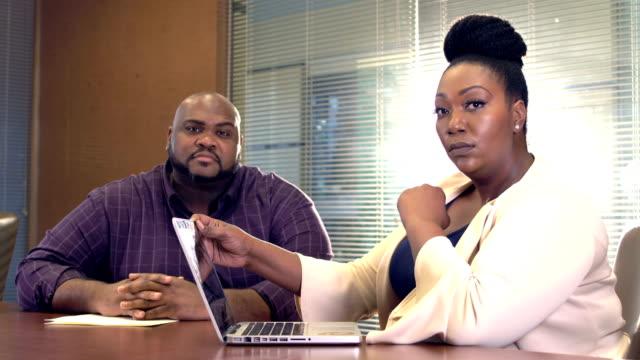 zwei stämmige afroamerikanische geschäftsleute in treffen - übergrößen model stock-videos und b-roll-filmmaterial