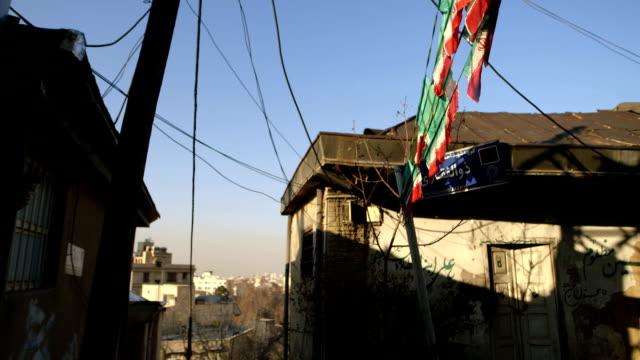 在德黑蘭的小街上的兩個房子 - 德黑蘭 個影片檔及 b 捲影像
