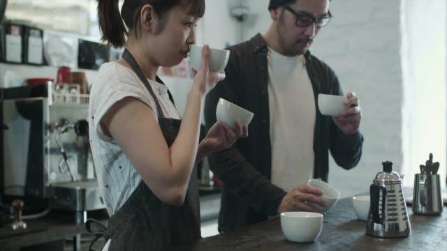2 日本バリスタ テスト別のコーヒーのロースト - カフェ文化点の映像素材/bロール