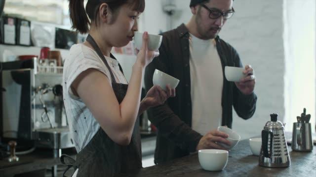 two japanese baristas test different coffee roasts (slow motion) - 30 39 lat filmów i materiałów b-roll