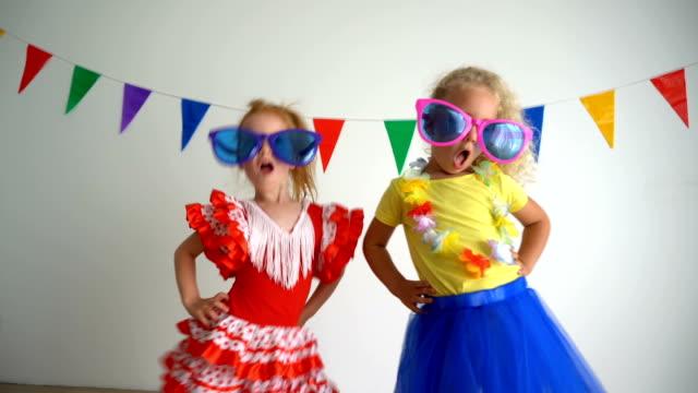 vídeos y material grabado en eventos de stock de dos niños alegres y divertidos divirtiéndose y bailando en la fiesta. mejor amiga chica - hermana