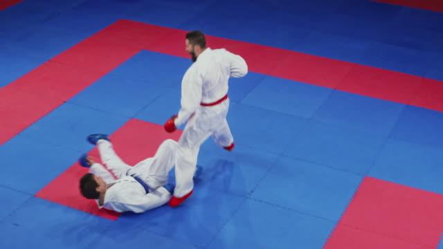 i̇ki karate rekabet tatami üzerinde mücadele - karate stok videoları ve detay görüntü çekimi