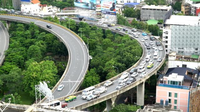 two lanes of highway, two different lifestyle in bangkok - estakada skrzyżowanie dróg filmów i materiałów b-roll