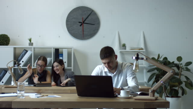 zwei lachende geschäftsfrauen klatsch im büro - klatsch stock-videos und b-roll-filmmaterial