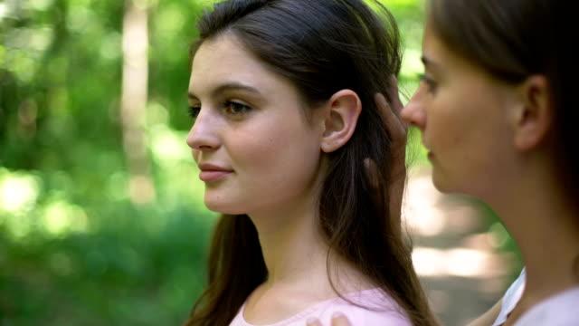 stockvideo's en b-roll-footage met twee lesbiennes in het geheim bijeen in bos, kussen met liefde, verbergen van de samenleving - verleiding