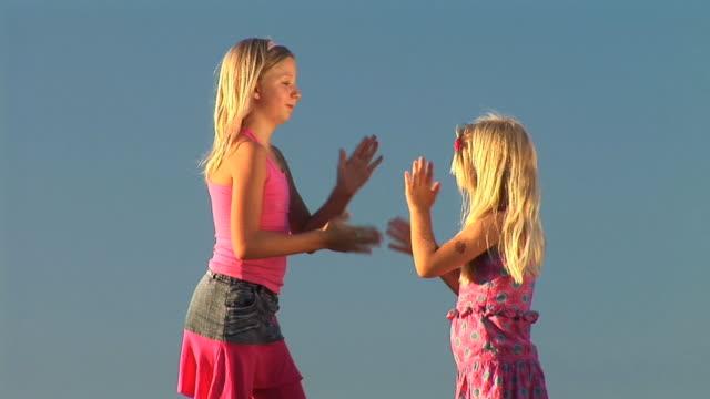 hd :2 つの女の子が - 姉妹点の映像素材/bロール