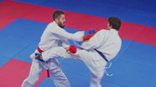 i̇ki adam bir karate yarışmasında mücadele - karate stok videoları ve detay görüntü çekimi