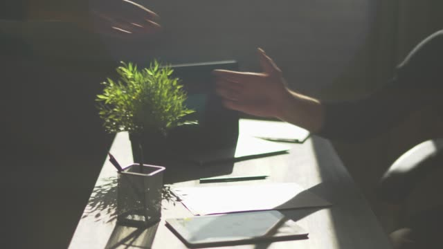 オフィスで 2 人の男性は、ビジネス契約後手を振った。男性の手がお互いの揺れをクローズ アップ。 - クラシファイド広告点の映像素材/bロール